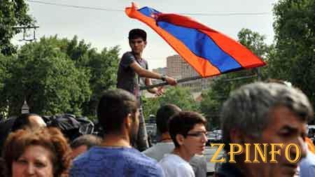 Протест в Армении раскололся на два лагеря