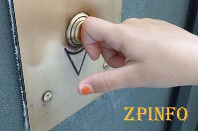 Бердянскую школьницу ограбили в лифте