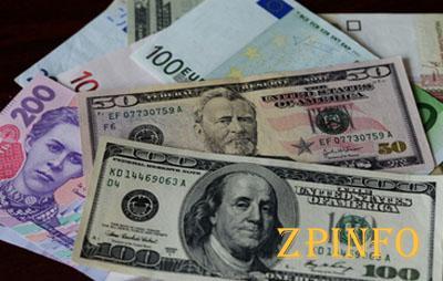 Гривна значительно укрепилась к доллару и евро
