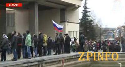 Группа пророссийских активистов прорвалась к парламенту Крыма