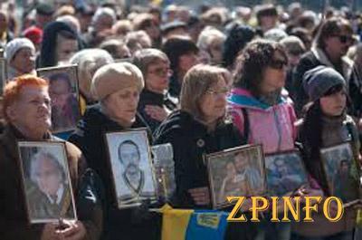 На траурное Вече развернули огромный флаг Украины