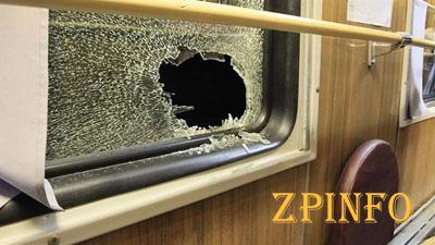 Неизвестные запорожцы разбили окно в поезде