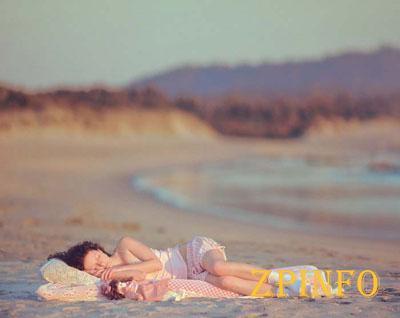 Парочка осталась без ничего после сна на пляже