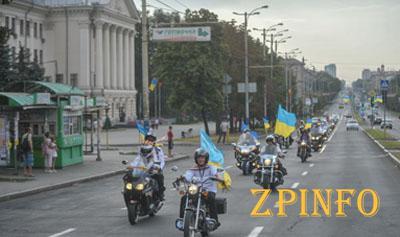 По Запорожью проехали байкеры с украинскими флагами