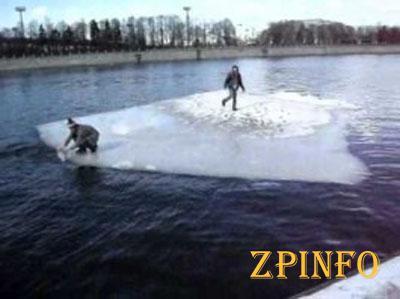 На Каховском водохранилище 2 людей унесло на льдине