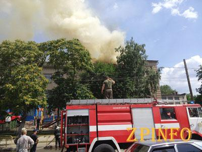 Пожар в Запорожской школе тушило 60 сотрудников ГосЧС (Видео)