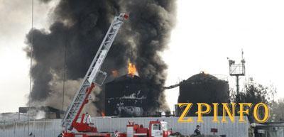Спасатели контролируют 95% территорий охваченной огнем нефтебазы (Видео)