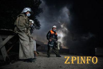 Спасатели контролируют 1/3 нефтебазы, которая горит третьи сутки (Видео)