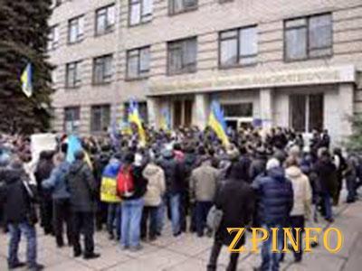 Тысячи украинцев штурмуют военкоматы