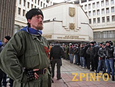 """У крымского парламента собираются """"отряды самообороны"""""""