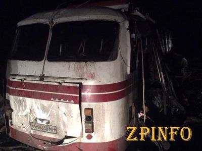 В Донецкой области пассажирский автобус подорвался на мине (Видео)