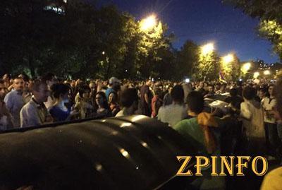 Митингующие в Ереване подвинут баррикады к административным зданиям