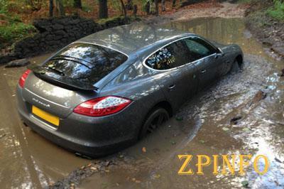 В центре Запорожья авто застряло в грязи