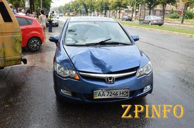 В центре Запорожья Honda сбила двух девочек, водитель авто бросился в бега