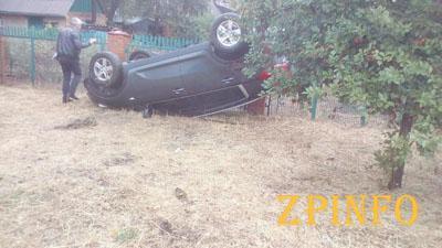 В центре Запорожья из-за дождя перевернулся автомобиль