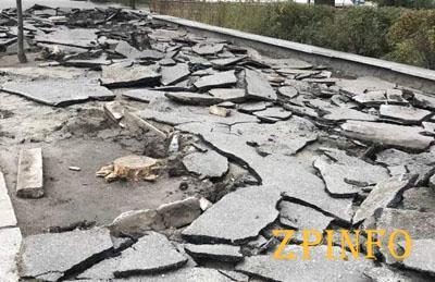 В центре Запорожья коммунальщики разбивают старый тротуар