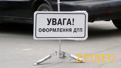 В центре Запорожья легковушка влетела в билборд