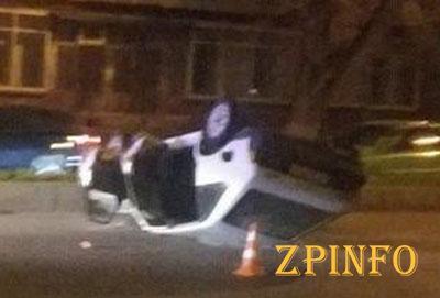 В центре Запорожья перевернулся автомобиль