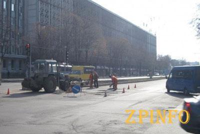 В центре Запорожья ремонтируют дорогу