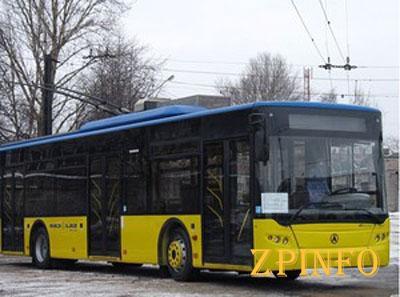 В центре Запорожья троллейбус застрял в яме