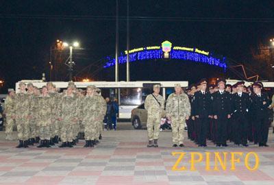 В центре Запорожья выстроились десятки военных