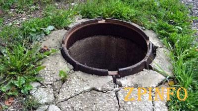 В центре Запорожья зияет опасный колодец