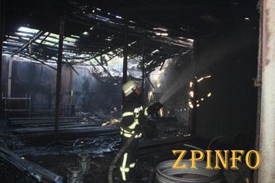 В Запорожье 19 спасателей тушили склад