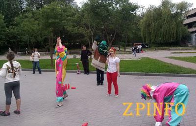 В Запорожье в парке Трудовой Славы провели малолюдный праздник для детей