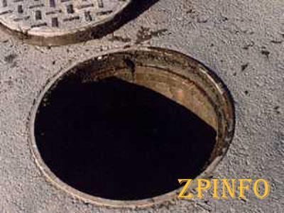 В Запорожье 5 спасателей доставали мужчину из канализационного люка