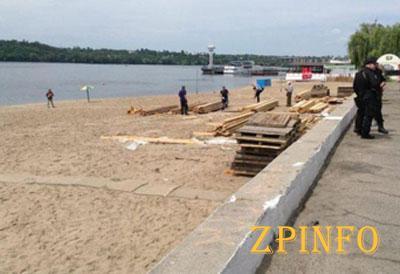 В Запорожье демонтируют незаконные конструкции на Набережной
