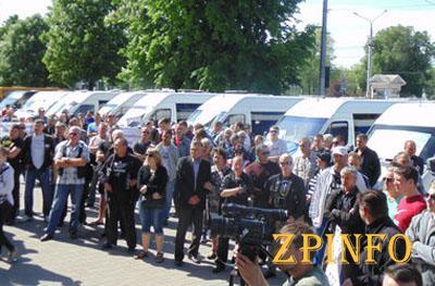 В Запорожье десятки маршрутчиков пикетировали мэрию