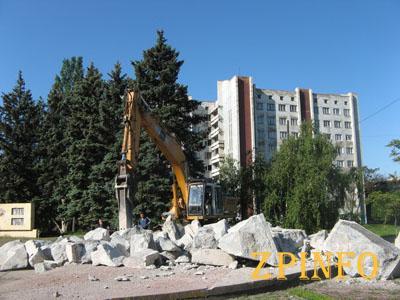 """В Запорожье доламывают памятник """"Тревожной молодости"""""""