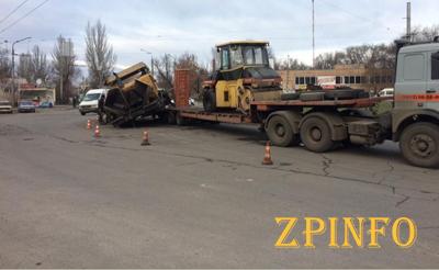 В Запорожье дорожные рабочие уронили асфальтоукладчик
