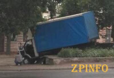 В Запорожье грузовик вылетел с дороги