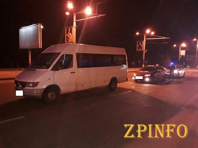 В Запорожье иномарка ударила маршрутку