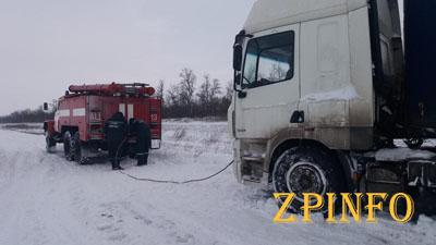 В Запорожье из снежных заносов освободили 14 машин