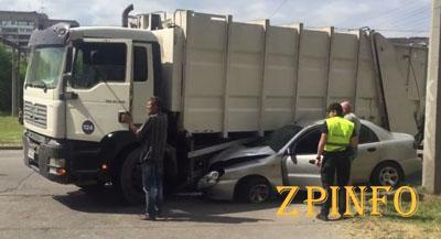 В Запорожье легковушка попала под мусоровоз