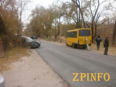 В Запорожье легковушка врезалась в маршрутку, есть пострадавшие