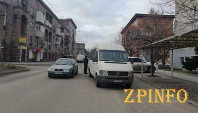 В Запорожье легковушка врезалась в микроавтобус