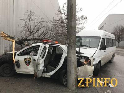 В Запорожье маршрутка врезалась в машину охраны