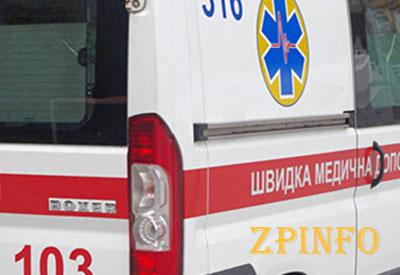 В Запорожье мужчина упал с крыши дома