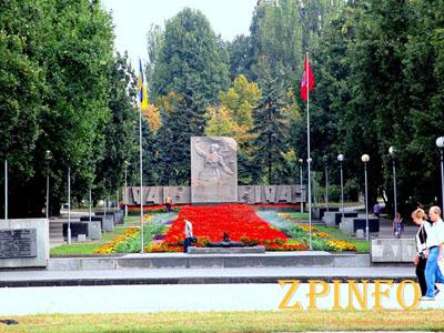 В Запорожье на Аллее Боевой Славы установили стену памяти участников ВОВ