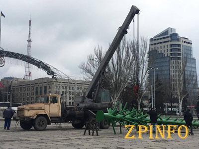 В Запорожье на фестивальную привезли каркас елки