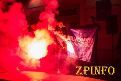 """В Запорожье на марше """"Азова"""" жгли флаги регионалов"""