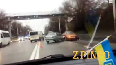 В Запорожье на мокрой дороге столкнулись 4 авто