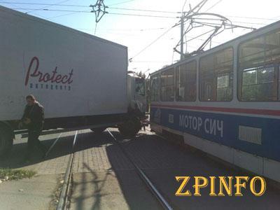 В Запорожье на перекрестке грузовик врезался в трамвай