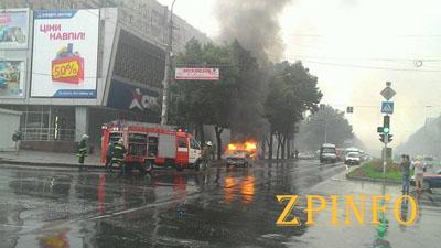 В Запорожье на пр. Ленина загорелся автомобиль