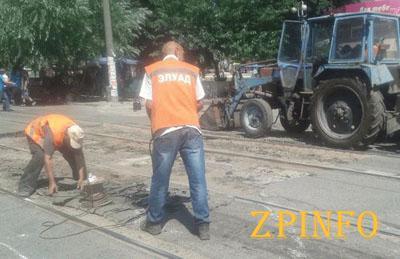 В Запорожье начали ремонт на трамвайном переезде возле рынка