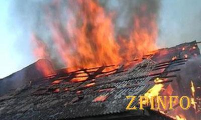 В Запорожье огонь охватил крышу частного дома