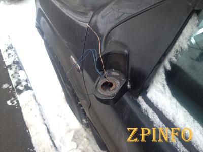 В Запорожье парень вырвал зеркала машины